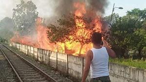 Satu Unit Bangunan Rumah Semi Permanen Hangus Terbakar di Pinggir Rel Kereta Api Simpang Aloha