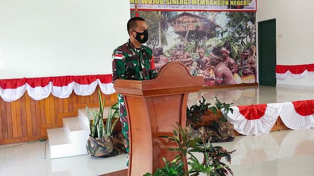 """BOVEN DIGOEL, LELEMUKU.COM - Pembukaan TNI Manunggal Membangun Desa (TMMD) Ke-110 Tahun 2021 Kodim 1711 Boven Digoel yang dilaksanakan di Aula Bung Hatta Makodim 1711 Boven Digoel dengan tema """"TMMD WUJUD SINERGI MEMBANGUN NEGERI"""". Selasa(2/3/2021).  Kegiatan pembukaan TMMD tersebut ditandai dengan penandatanganan Berita Acara Penyerahan Program TMMD dari Plt Bupati BVD kepada Dandim 1711/BVD selaku Dansatgas TMMD  Dalam sambutannya Plt Bupati Kab. Boven Digoel menyampaikan bahwa pemerintah mendukung penuh apa yang menjadi tujuan kegiatan Tentara Manunggal Membangun Desa Tahun 2021 Kab. Boven Digoel.   Lanjutnya, pemilihan tempat dan sasaran TMMD ke-110 dilakukan melalui survey bersama yang di lakukan oleh Kodim 1711 Boven Digoel dan pemerintah dan instansi yang terkait.  Komandan Kodim 1711/BVD Letkol Czi Daniel Panjaitan selaku Dansatgas mengatakan, kegiatan TMMD resmi di mulai pada hari ini dan wilayah atau tempatnya berada di Digoel atas yakni Kampung Kombai, kawagit dan Wanggom.  Dandim juga mengucapkan terima kasih kepada pemerintah Kab. Boven Digoel yang telah mendukung penuh program TMMD dan semoga dapt berjalan dengan lancar dan selesai sesuai dengan waktu yang di telah di tentukan.  """"Pendropan material sendiri dilakukan sejak awal bulan Februari  karena mengingat lokasi tempat sasaran yang sangat sulit dimana hanya dapat dicapai melalui akses sungai"""". Ungkat Dandim.  Selama kegiatan berlangsung tetap mematuhi prokol kesehatan guna mencegah penyebaran virus covid-19.  Turut hadir dalam kegiatan tersebut Dandim 1711/BVD Letkol Czi Daniel Panjaitan, Plt Bupati Boven digoel H. Chaerul Anwar, Ketua DPR Kab. Boven Digoel, Wakapolres Boven Digoel, KA Kesbangpol, KA Dis kesehatan, KA Depag, Kepala Kampung Kawagit, kepala kampung Kombai, kepala kampung Wanggom.(Pendim1711)"""