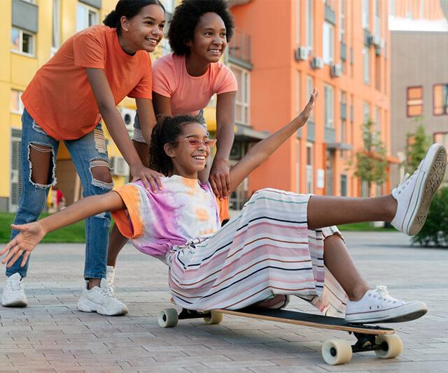 grupo de meninas estilos usando roupas da moda e  brincando juntas