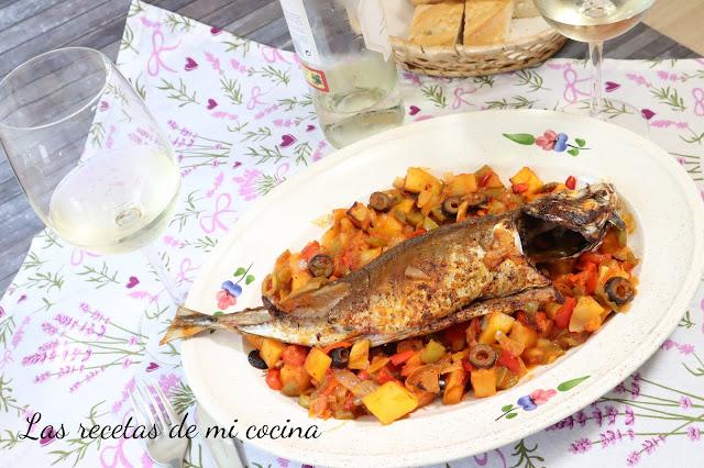 Chicharro o jurel al horno con verduras y aceitunas