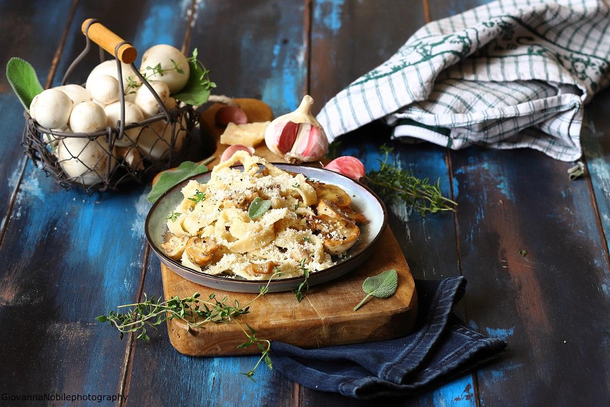 Tagliatelle con funghi e crema di parmigiano