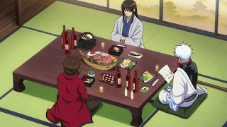 Gintoki przy stole z flaszkami