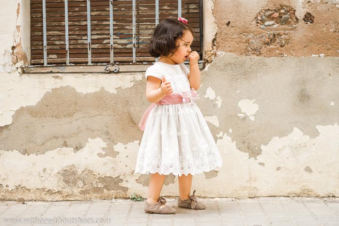 Look de niña: Vestido de Ceremonia de lino y tul bordado con cinturon con flores  Rigans