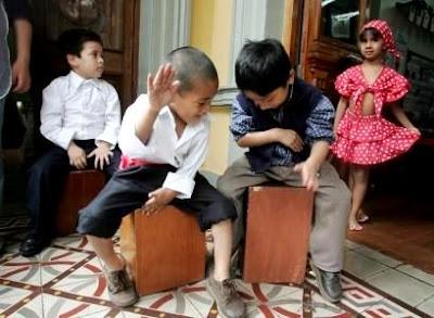 Foto de niños tocando el cajón en el Día de la canción criolla