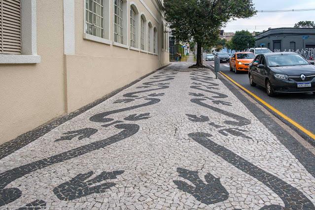 Calçada de petit pavê em Curitiba que não segue motivos paranistas