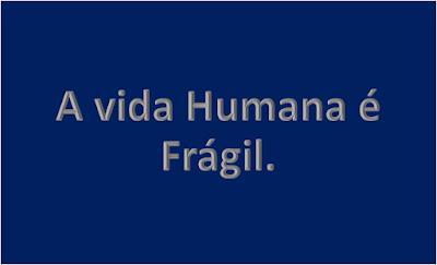 A imagem de fundo azul escuro e caracteres em branco cinza diz:a vida humana é frágil.