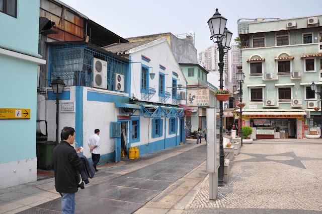 Bạn sẽ thấy các con đường quanh co và ngõ hẻm dành cho người đi bộ, các công trình kiến trúc của Macau, các ngôi đền Trung Quốc như đền Pak Tai với các nhà thờ Công giáo tuyệt đẹp như Đức Mẹ Carmel.