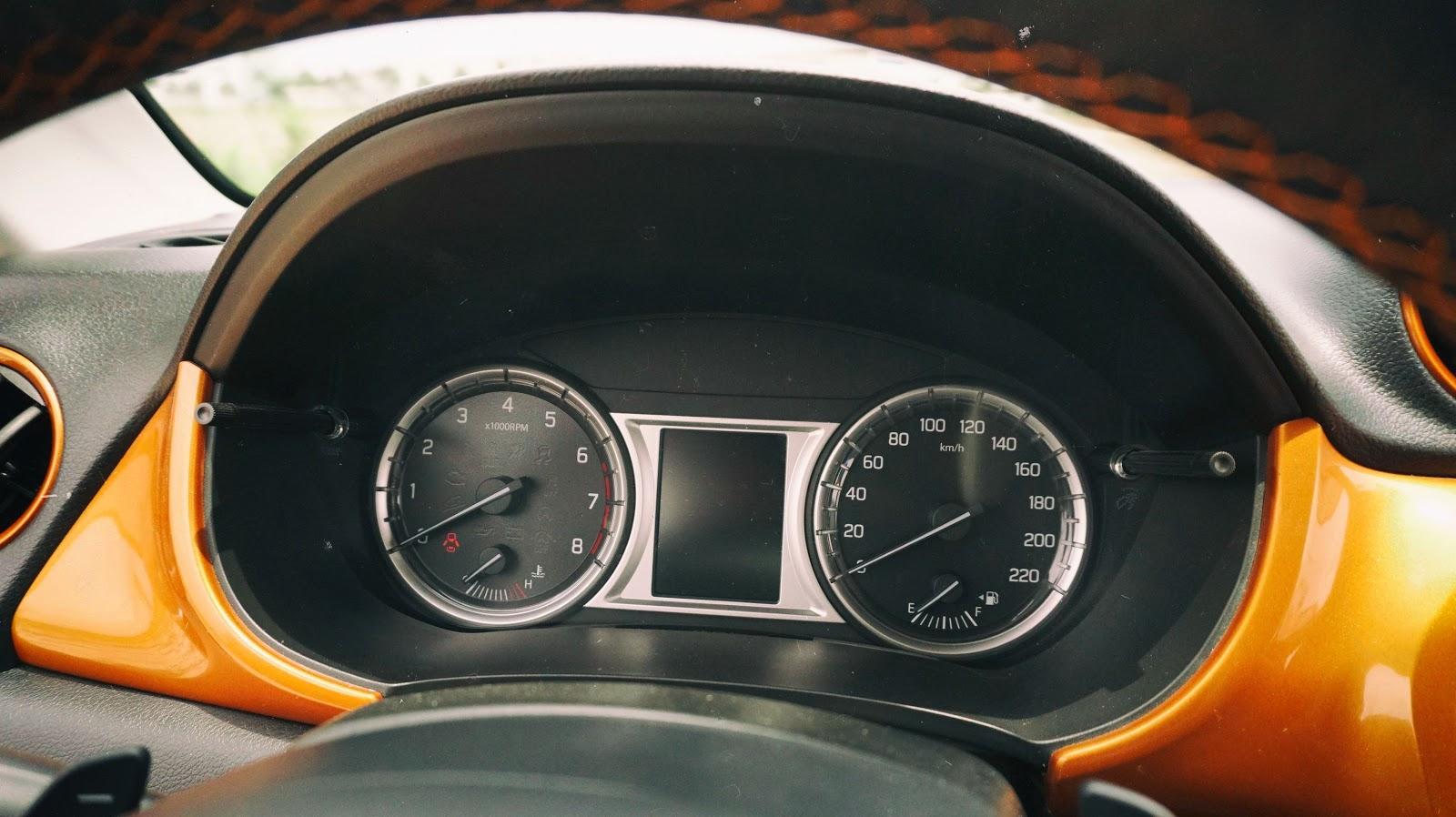 Đồng hồ cảnh báo, vòng tua máy, tốc độ, mức tiêu hao nhiên liệu và thời gian