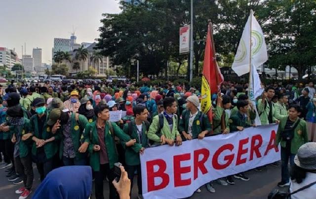 Para aktifis mahasiswa di abad 20, mental berbangsanya lebih kuat dibanding aktifis mahasiswa abad 21. Dulu saat ke Jakarta, para mahasiswa naik bus, kereta atau kapal. Bahkan ada yang numpang truk. Makannya nasi bungkus. Siap drop out.
