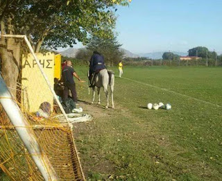 Παπάς «μπούκαρε» στο γήπεδο καβάλα σε άλογο