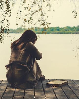 wanita sedih di tepi Danau