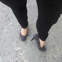 Jambes de femmes, talons hauts, trottoir