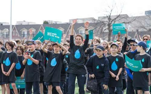 WE Walk for Water adalah salah satu kampanye tahunan WE School, yang dirancang untuk mengumpulkan dana dan kesadaran akan akses air bersih. Gambar dari CNN COM