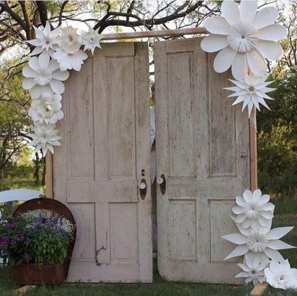 Ventanas o puertas para decorar tu fiesta for Puertas decoradas con flores de papel