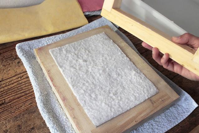 come-fare-fogli-carta-riciclata-rimozione-telaio