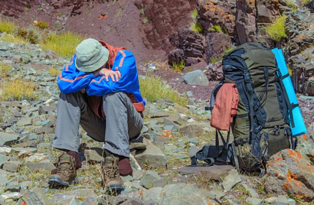Penyakit Altitude Sickness atau Penyakit Ketinggian Pengertian Altitude Sickness Altitude sickness atau penyakit ketinggian adalah kondisi tidak normal yang terjadi pada tubuh ketika berada di tempat dengan ketinggian tinggi. Penyakit gunung akut alias Acute Mountain Sickness (AMS) adalah bentuk peling umum dari penyakit ketinggian.  Tanda dan Gejala Altitude Sickness Gejala altitude sickness dapat berupa sakit kepala, mual, muntah, sesak napas, kesulitan tidur, pusing, kelelahan. Gejala yang ada biasanya bertahan selama 6-48 jam setelah pendakina. Dalam beberapa kasus yang langka, altitude sickness dapat pula menyebabkan akumulasi cairan pada otak dan paru-paru (pulmonary edema and cerebral edema), menyebabkan berbagai penyakit serius lain seperti : Terdengar suara laiknya kertas yang ditarik saat bernapas. Kesulitan bernapas yang sangat parah. Batuk dengan cairan merah muda, berbusa. Linglung dan kesulitan berjalan. Kebingungan yang dapat menyebabkan kehilangan kesadaran. Gejala-gej ala tersebut menunjukkan status pasien yang telah menyentuh ambang kritis dan perlu segera ditangani oleh pegawai medis. Selain itu, masih terdapat juga beberapa ciri dan gejala yang tidak disebutkan di atas. Apa bila memiliki sebuah keluhan silahkan konsultasikan ke dokter.  Penyebab Altitude Sickness Saat berada pada suatu titik lokasi dengan ketinggian yang lebih tinggi, kadar oksigen pada udara akan berkurang. Sedangkan, tubuh akan berusaha untuk menyesuaikan detak jantung dan pernapasan lebih cepat untuk menjaga penyebaran oksigen yang dibutuhkan tubuh. Apabila melakukan pendakian secara terlalu cepat dalam waktu pendek, tubuh tidak akan dapat beradaptasi dengan baik, maka dari itu altitude sickness dapat muncul.  Faktor Risiko Altitude Sickness Beberapa faktor berisiko di bawah ini dapat memengaruhi kemungkinan terkena altitude sickness, di antaranya : Usia Orang yang muda lebih sering terkenan efek altitude sickness dibanding orang tua. Habitat Apabila tinggal di wilayah dataran
