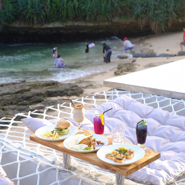 Cafe di Pantai Slili Gunung Kidul