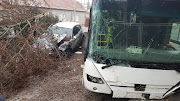 Teljes útlezárás Gyöngyösön, busz és személyautó ütközött