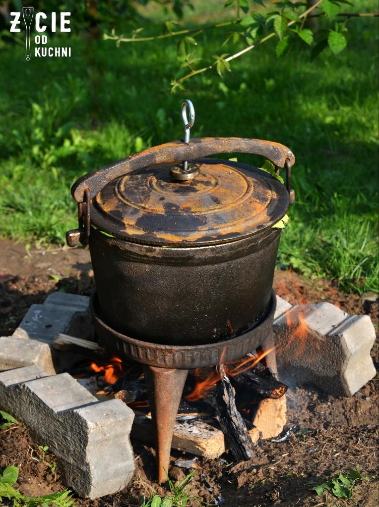 zeliwny kociołek, prazonka, duszonka, kociolek, danie z ognia, na ogniu, danie z ogniska, zycie od kuchni