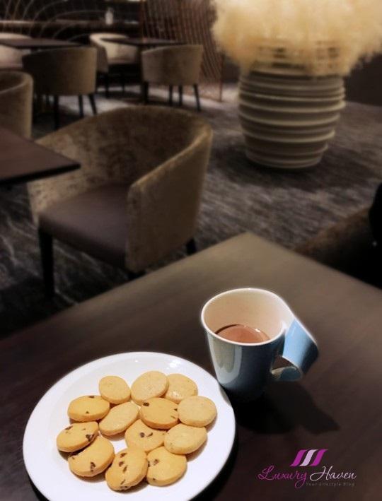 disney resort hilton tokyo bay celebrio lounge snacks