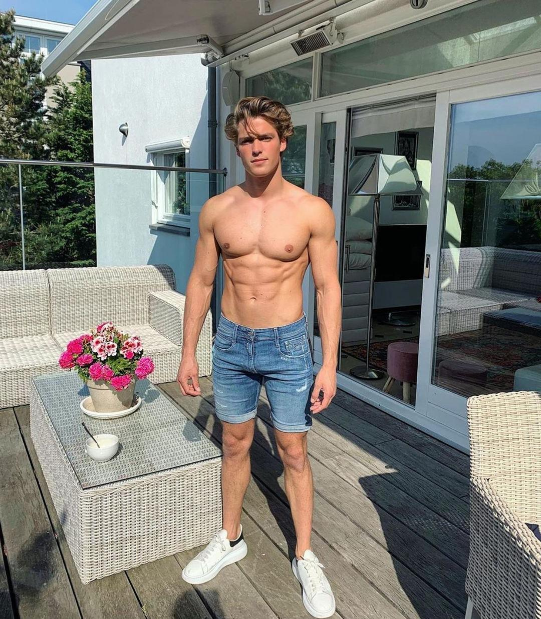 top-male-models-thom-strijd-shirtless-body-shot