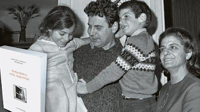 O Θεοδωράκης κρατά στα χέρια του τη Μαργαρίτα και τον Γιώργο, έχοντας στο πλάι του τη σύζυγό του Μυρτώ