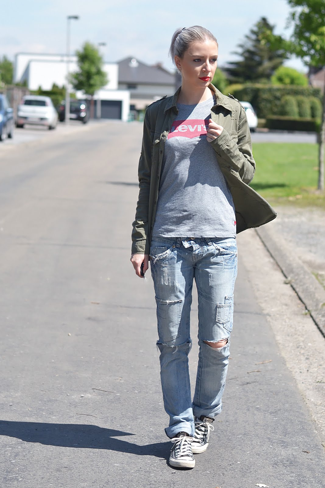 Military shirt, levi's logo t-shirt, ripped denim jeans, converse all star, laidback, street style, belgische mode blogger, belgian fashion blogger