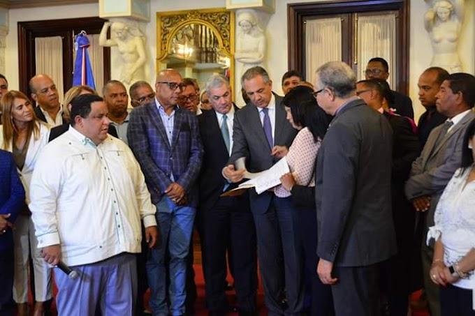 Alcaldes van al Palacio y piden a Danilo que impulse la reforma constitucional