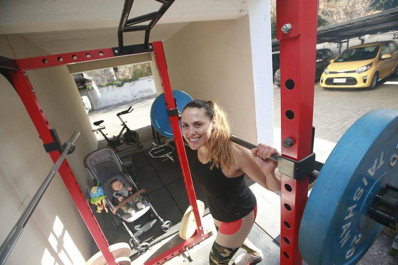 Natalia Duco arrendó departamento con dos estacionamientos y convirtió uno de ellos en gimnasio