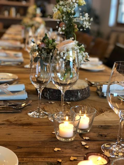 Tischdekoration, Baumstammscheiben, Schleierkraut, Vintage Hochzeit, kleine Hochzeit, Standesamt, 4Eck Restaurant, Garmisch-Partenkirchen, 4 weddings & events, Hochzeitsplanung Uschi Glas, heiraten in Garmisch
