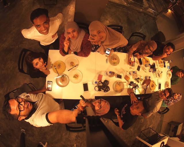 Rakan blogger merasai hidangan di Restoran Humble Chef