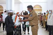 Bersama Baznas, Gubernur Olly Bagikan 1.500 Paket Ramadhan untuk Kaum Dhuafa