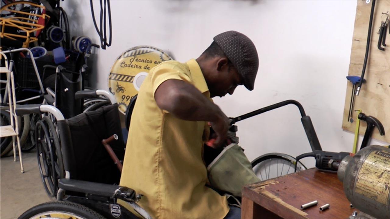 Cadeira de rodas são consertadas gratuitamente em Botucatu