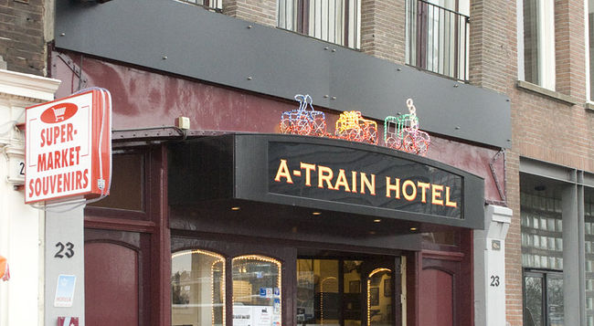 Romania live a train hotel amsterdam live webcam amsterdam for Train hotel amsterdam