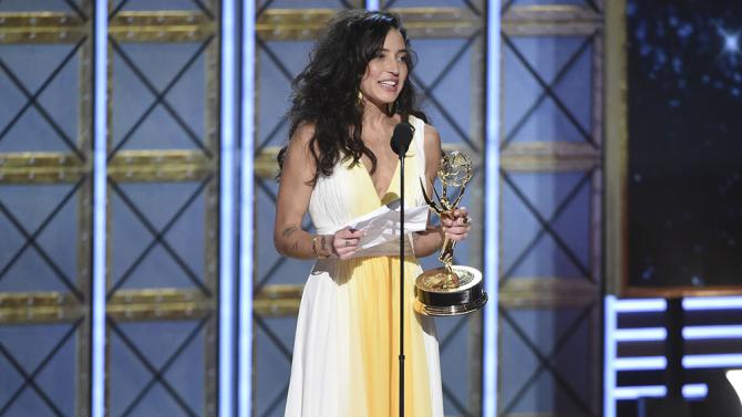 Reed Morano recebe o Emmy de melhor direção em série dramática.