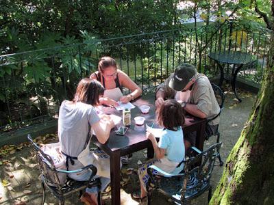 4 pessoas num workshop de azulejos num jardim