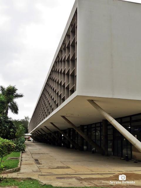 Vista lateral da fachada posterior do Pavilhão das Culturas Brasileiras - Parque Ibirapuera - São Paulo