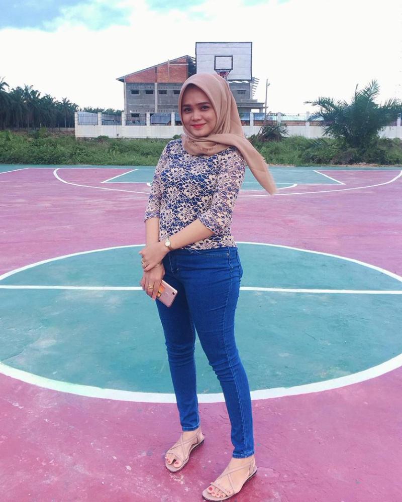 cewek manis pakai jilbab dan baju lace di lapangan basket kampus selfie