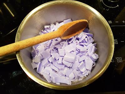 faire-fondre-lamelles-savons-bain-marie-cuilliere-bois