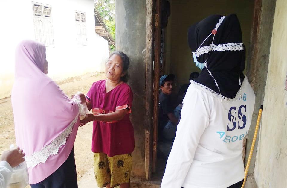 Wujudkan Kepedulian, Sanggar Senam Nay Banjit Bagikan Puluhan Takjil