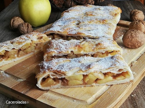 Hojaldre relleno de manzana caramelizada y almendras