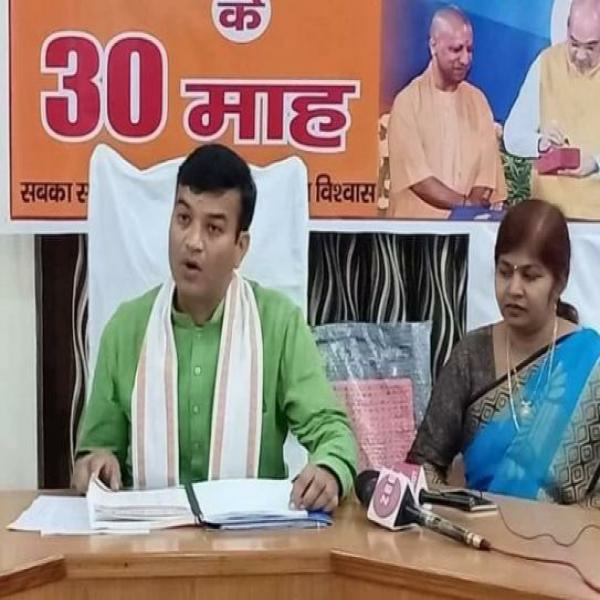 महिला विधायक के साथ बैठकर प्रियंका पर अपशब्दों की बौछार...  - newsonfloor.com