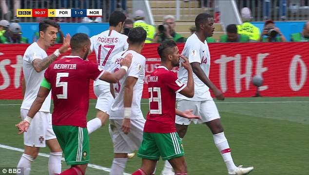 Bị đối thủ vỗ vai, Pepe ngã vật xuống đất ăn vạ 1