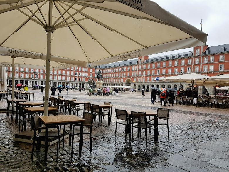主廣場,雖然是雨天但人還是不少