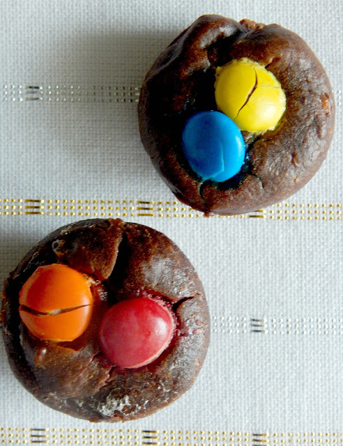 Healthy Protein Brownie Bites...need a healthy, quick and delicious 100 calorie afternoon snack?  These brownie bites are perfect! (sweetandsavoryfood.com)