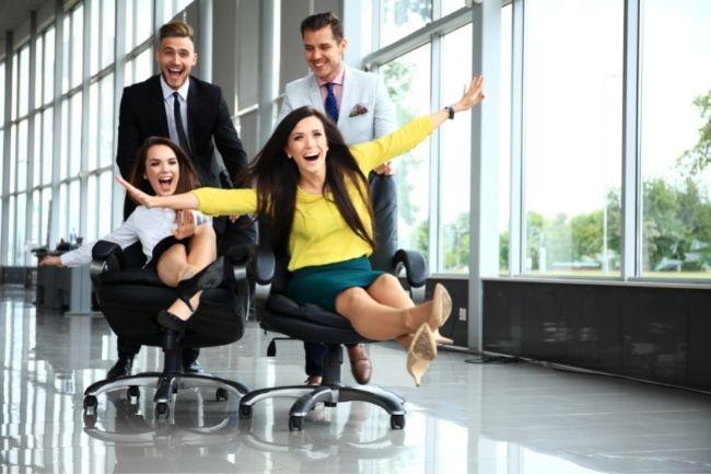 Homens e mulheres se divertindo com as melhores cadeiras de escritório