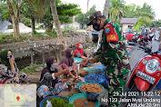 Tim PPKM Kelurahan Panarung Bagikan Nasi Kotak dan Masker Kepada Pedagang Pasar Dadakan