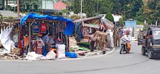 Lapak Pedagang di Sepanjang Jalan Porapora Parapat Dibongkar