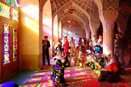 虹色に包まれる空間?イランにある美しいモスク、ナスィーロル・モルク・モスク【ar】
