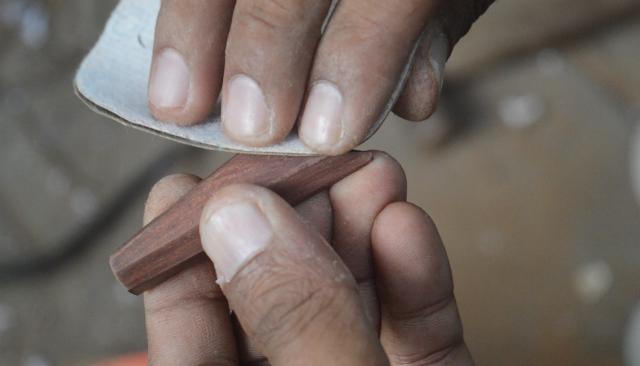 Cara Membuat Liontin Ethnic dari Bahan Kayu Bekas